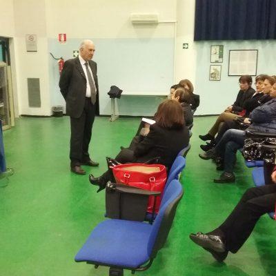 Il prof Aragona interagisce con alcuni intervenuti.