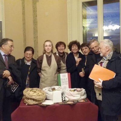 I membri dell'Alliance con il Professore Franco Altimari, il professore John Trumper e i rappresentanti del Panificio di Cuti di Rogliano.