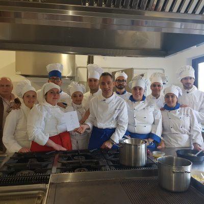 """Gli alunni  e lo chef dell'IPAA """"Todaro"""" che hanno partecipato al concorso """"Goût de France""""."""